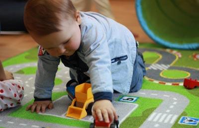 Двухлетний малыш играет самостоятельно